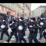 Vienne Autriche Les policiers retirent leur casques et se joint aux manifestants